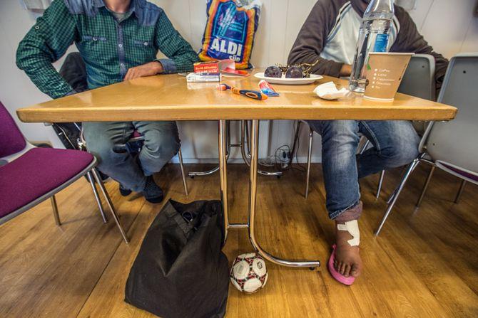 Fayez (23) (t.h.) og svogeren hans flyktet sammen fra Syria. For første gang får han nødvendig medisinsk hjelp i Sarpsborg.