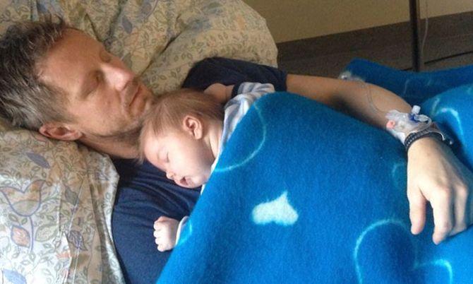 En sliten far under kreftbehandling og en nyfødt sønn.