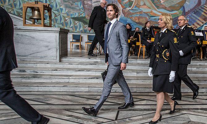 Statssekretær Vidar Brein-Karlsen var til stede sammen med Nina Skarpenes fra PHS og politidirektør Odd Reidar Humlegård da PHS-studentene ble uteksaminert i sommer. Regjeringen vil prioritere å få politifolk i jobb også framover, forteller han.