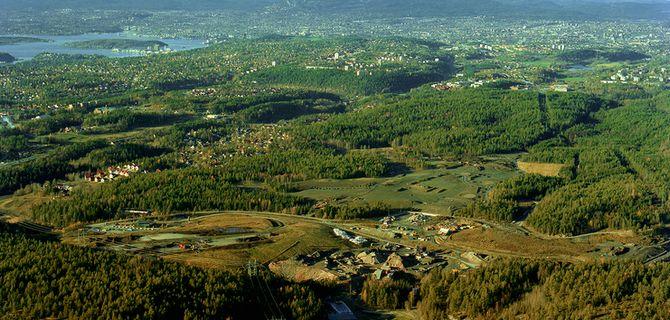 Grønmo-tomta nederst i bildet er sammen med Taraldrud litt lenger sør de to alternativene til beredskapssenter. Innerst i fjorden øverst i bildet, ligger Oslo sentrum.