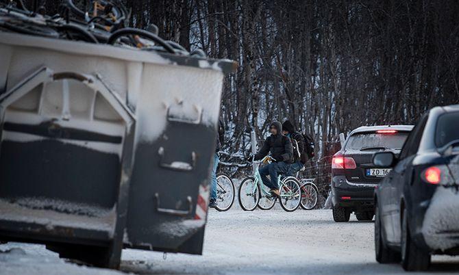 I går kom det nye flyktninger syklende over grensen på Storskog. Politiet tar nå høyde for at det vil fortsette.