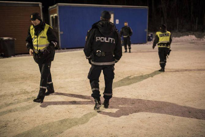 Klokka er ti på kvelden og det er et tosifret antall minusgrader ute når politiet skal gjennomføre samtaler med de siste asylsøkerne for kvelden.