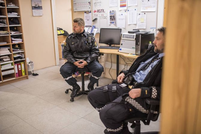 Grensekontrollør Vidar Søderholm og politiførstebetjent Bjørn Gunnar Johnsen tar en pause på natten.