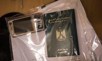 Asylsøkere må levere inn pass for sjekk. De kommer fra en rekke land, blant annet Egypt.