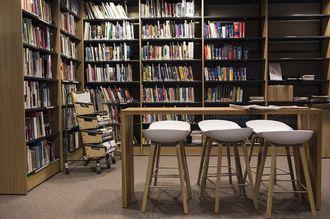 I biblioteket finnes det siste av politilitteratur.