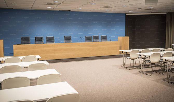Mange journalister får plass i det nye presserommet.