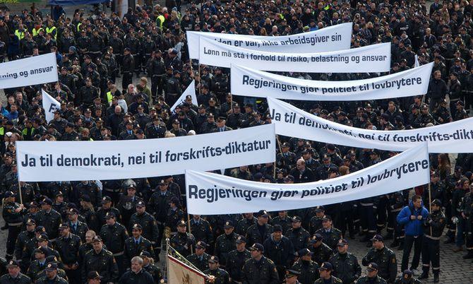 - Nei til forskrifts-diktatur stod det på bannere da uniformert politi demonstrerte i 2009. En slik konflikt er et skrekkscenario i en tid der arbeidsgiver og arbeidstakere skal reformere politiet sammen.