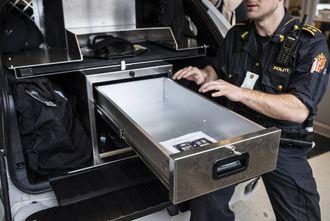 Her, i riggen bak i BMW X5, kan politiet bruke data med nett, takket være en god router. Bilen er rigget for å kunne brukes som arbeidsbord.