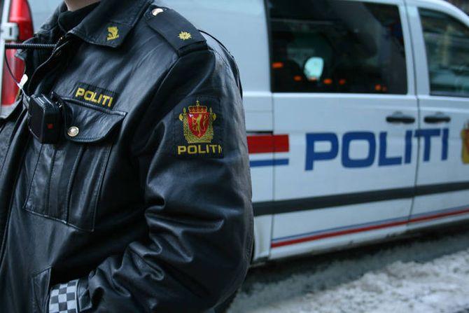 Sort skinnjakke er kanskje på moten igjen, men lett og praktisk blir nok ikke politiets skinnjakke over natta.