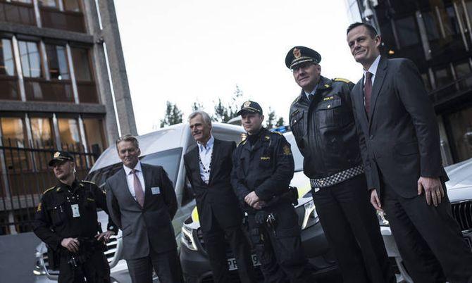 Politidirektør Humlegård står sammen med sjef for BMW i Norge, Emmanuel Bret (til høyre). Konsernsjef i Bertel O. Steen, Bjørn Maarud, og PFT-direktør Helge Clem står mellom politimennene.