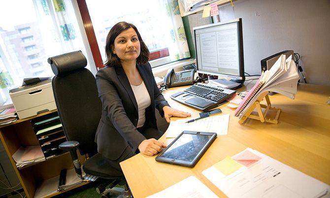 Easy living: Politiadvokat Sonika Sharma er svært fornøyd med å bruke digitale saksdokumenter. – Hverdagen har blitt vesentlig enklere, sier hun. Nå kan hun bære med seg et nettbrett istedenfor en bunke med papirer.