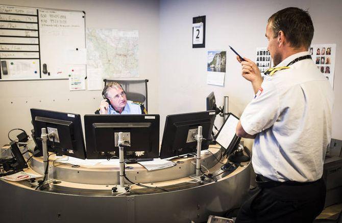 En operatør på politiets operasjonssentral i samtale med en operatør fra en annen av blålysetatene i Drammen. 110-sentralene og politiets operasjonssentraler skal inn i samme bygg rundt i landet, i løpet av noen få år.