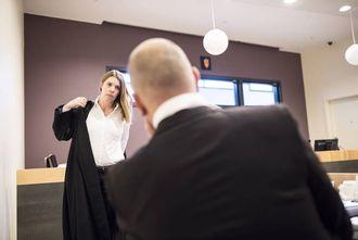 Politimannen i samtale med advokat Merete Furesund.