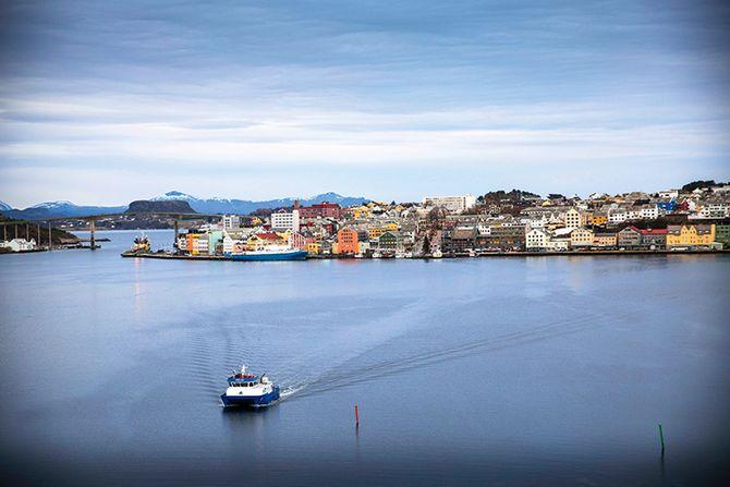 Kristiansund har gjennom mange år bygget seg opp som en baseby for oljenæringen. Flere store aktører er etablerte i byen og helikopterterminalen i byen gjennomfører årlig rundt 7000 flyvninger til sokkelen.
