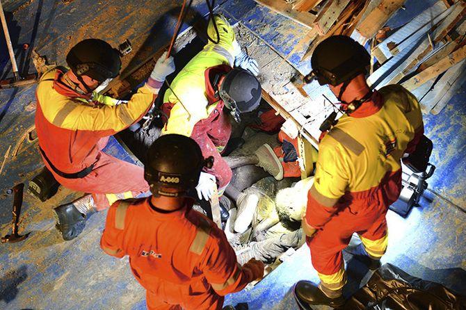 Døde mennesker under dekk: Mannskapet hentet opp 41 døde mennesker fra lasterommet til denne trebåten. Kroppene lå tett i tett.