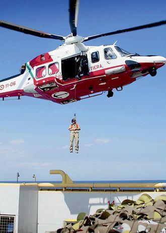 Politifolkene tester helikopterberedskapen for å kunne evakuere syke migranter som trenger umiddelbar hjelp.