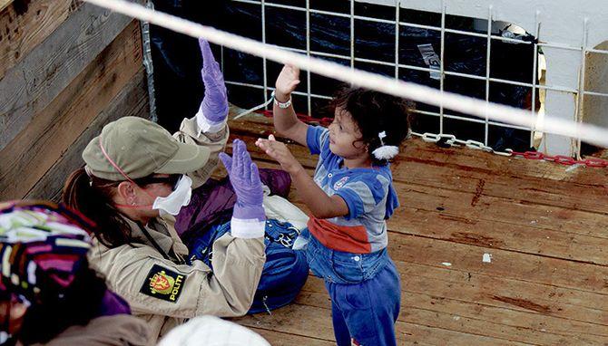 Barn er barn, og selv om situasjonen er alvorlig og tragisk, var det viktig for politifolkene å ta seg tid til små lekestunder med de yngste ombord på Siem Pilot.