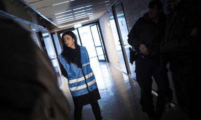 Hadia Tajik (AP) fikk på seg observatørvest da hun fulgte mannskaper i Bodø på IP-trening i går.