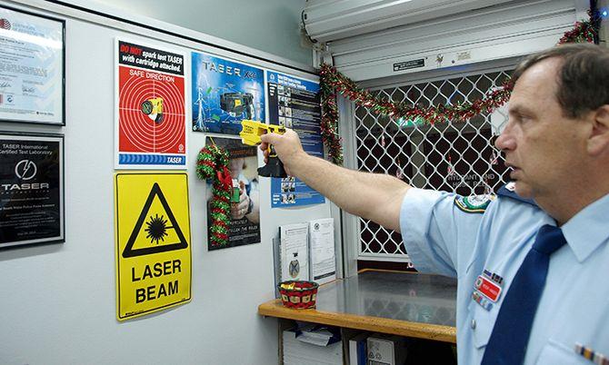 Peter Hansen i Sydney-politiet demonstrerer en funksjonskontroll av elpistolen Taser i forkant av patruljekjøring.