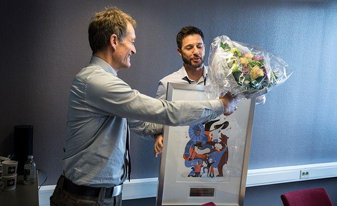 Robin Schaefer får æresprisen tildelt av Politiforum-redaktør Ole Martin Mortvedt.