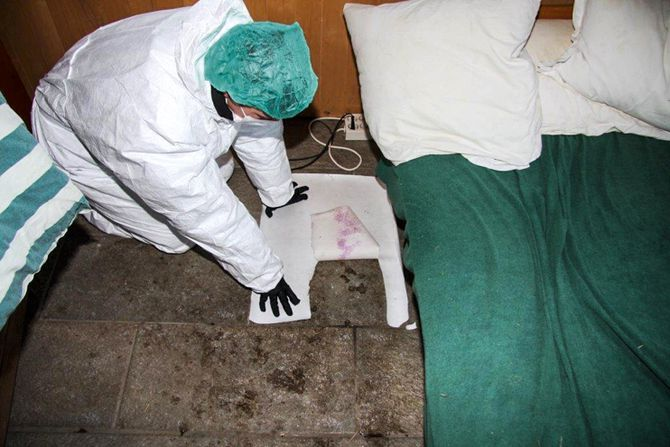 Usynlige blodspor: Med fremkallingsvæske klarer krimtekniker Frøydis Røtter å fremkalle spor som er forsøkt vasket bort. Bevisene fortelle noe.