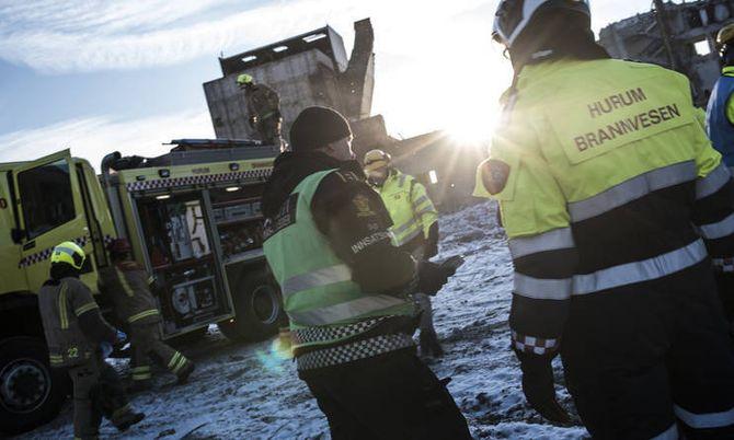 Politi og andre nødetater skal kunne kommunisere bedre sammen med nytt nødnett. Her fra en øvelse med politiet og brannvesenet i januar.