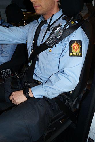 Illustrasjonsbildet viser sikkerhetsbeltet som ligger nær kroppen under nødnettradioen. Slik vil radioen ikke bli presset inn i brystkassa av beltet ved kollisjon.