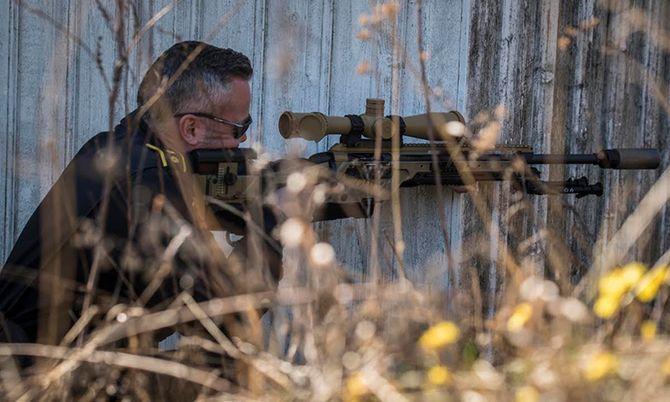 Det nye skarpskyttervåpenet demonstreres av Sondre Wold ved PHS, her i knestående stilling. Neste år vil en ny utdanning for skarpskyttere tilpasset nytt våpen være klar.