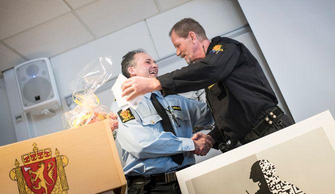 Bård Johansen og Erik Gautefall har jobbet sammen i mange år. Bård overrasket derfor Erik med å samle nesten hele stasjonen til kake og taler, og han holdt selv tale til sin venn og kollega.