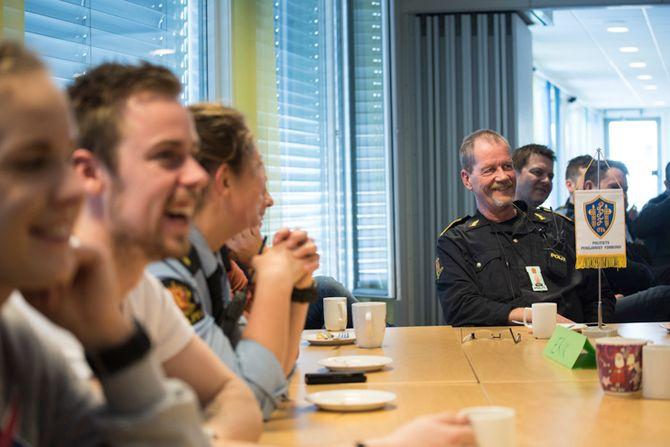 Erik sitter på bord med de yngste på politihuset. Eller, de yngste sitter på bord med ham. Han har alltid vært opptatt av å lære bort til de yngre, og lære av dem, forteller han.