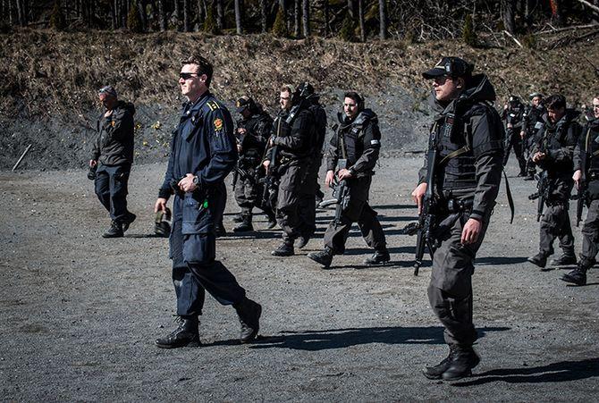 Kai-Inge Schaathun Larsen og en gruppe med B3-studenter under skyteøvelse utenfor Stavern.