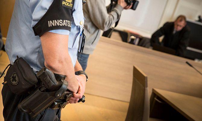 Sikkerheten står i høysetet under rettssaken på Gjøvik.