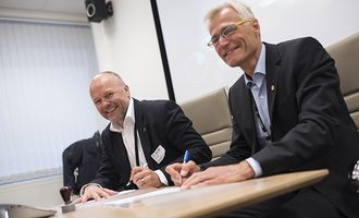 Geir Ruud i Equipnor og Helge Clem, direktør i Politiets Fellestjenester, signerte avtalen.