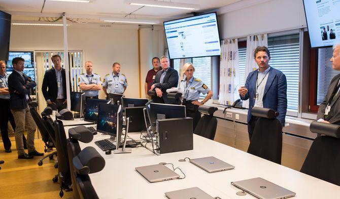 Trond Ove Bredesen viser fram det nye kommandopunktet, men det nye planverket han og distriktet har jobbe med er langt mer omfattende enn noen rom.