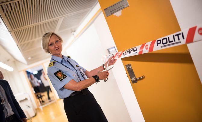 Visepolitimester Gro Smogeli klipper sperrebåndet og åpner kommandopunktet for etterforskning og etterretning. Det markerer et arbeid som har pågått i etterdønningene av 22. juli 2011.
