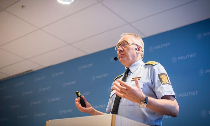 MELLOMLØSNING: Politidirektør Odd Reidar Humlegård fortalte på en pressekonferanse i forrige uke at Politidirektoratet ikke ønsker generell bevæpning av norsk politi, men at politidistriktene skal ha mulighet til å bevæpne seg på utsatte og sentrumsnære områder, som for eksempel Oslo S.