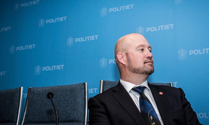 Anders Anundsen under pressekonferansen i dag. Han lover blant annet svar på om politiet får nye helikoptre i løpet av kort tid.