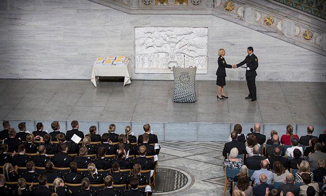 Are Francisco Sørlie mottar bestemannsprisen fra PHS-rektor Nina Skarpenes.