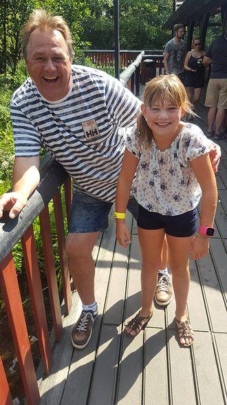 PÅ FERIE: - Her har jeg hatt en våt tur i tømmerrenna på Djurs Sommarland i Danmark sammen med min datter Heidi, beskriver Svang.