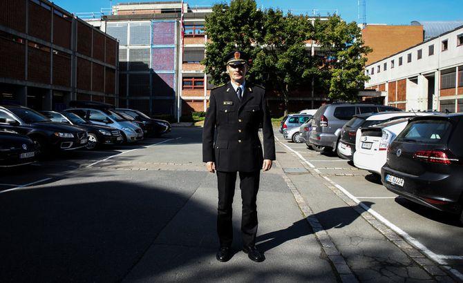 Tor Tanke Holm er assisterende rektor på PHS. Her i T1-uniformen, som han og studenter bruker på jobb og studier. Ofte brukes den uten T1-jakka.
