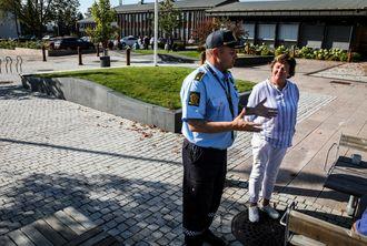 Venstres 2. vara til kommunestyret strener over torget for å snakke med politimannen. - Hvem skal vi stole på? spør hun.