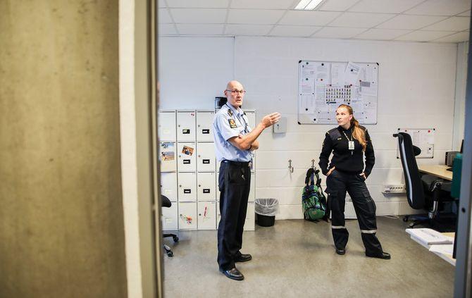 Helge Busch Iversen og Ida Carin Dahl i arresten, mener den nye teknologien de tester ut er til trygghet for innsatte og ansatte.