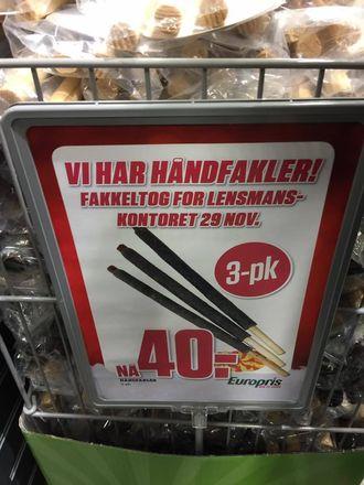 Fakler selges på tilbud på Årnes.