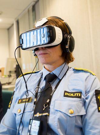 Med mobiltelefon og briller kan brukeren se video i 360 graders vinkel, i alle retninger.