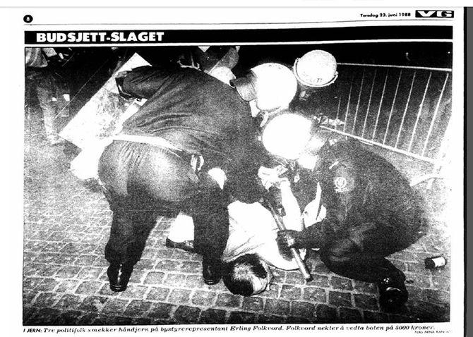 OPPSTILT BILDE: Jørgen Hellwege fotograferes med kølla klar. Under ligger Erling Folkvord. Men bildet lyver, Jørgen brukte aldri kølla. Den fikk han fra en journalist sekundet før bildet ble tatt. Faksimile fra VG 1983.