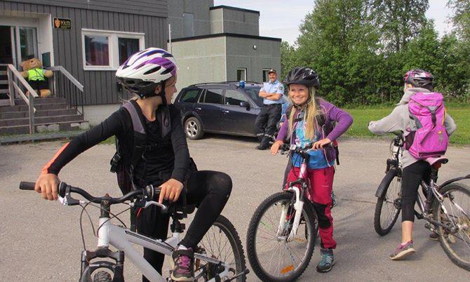 Her har Politiførstebetjent Steinar Bergem nettopp avholdt forebyggende sykkelkontroll for fjerde klasse ved Hemnes Sentralskole sist sommer. Dette kan det bli slutt på nå.