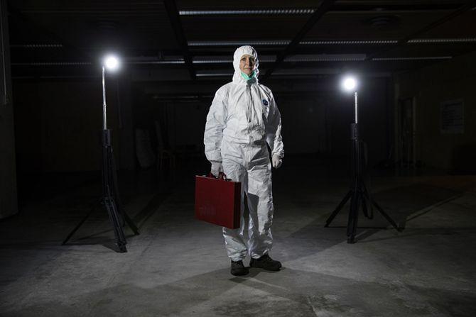 Eva Ragde i et av arbeidsantrekkene – hvit kjeledress.