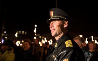 Steven Hasseldal setter pris på tilbakemeldingene, sier han. Her fra fakkeltoget på Årnes på Romerike, der han stod nærmest alene mot 1200 demonstranter.