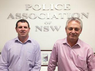 Alle patruljer skal få kroppsmontert kamera, sier Peter Remfrey (t.v.) og Mick Hilder i Police Assosiation of New South Wales.