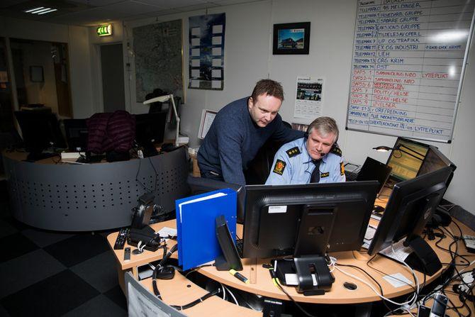 Geir Kastmo og kollega Odd Harald Høvring ved operasjonssentralen i Telemark er bekymra for utgiftene tli vil få, ved å måtte pendle til nytt arbeidssted.